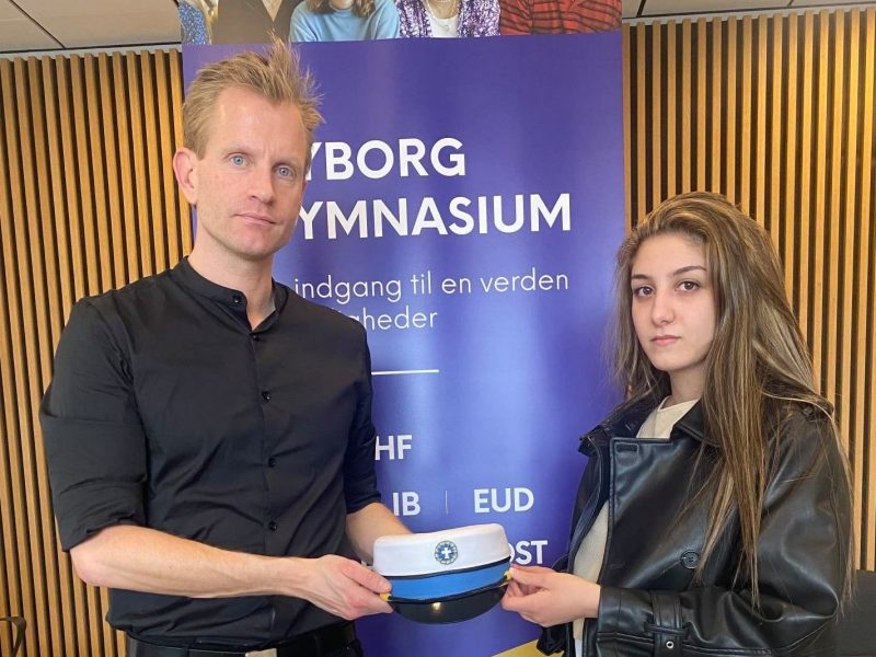 Il preside Henrik Vestergaard Stokholm e Aya Abo Daher