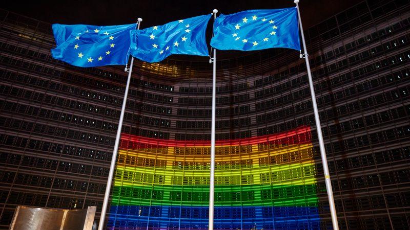 L'edificio della Commissione con la bandiera arcobaleno